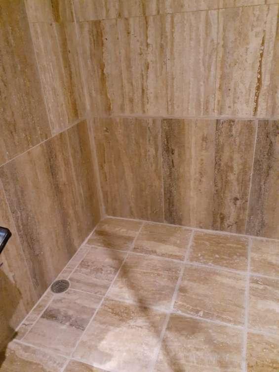 Piso y pared en marmol travertino